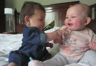 Ngộ nghĩnh 2 em bé chơi đùa với nhau